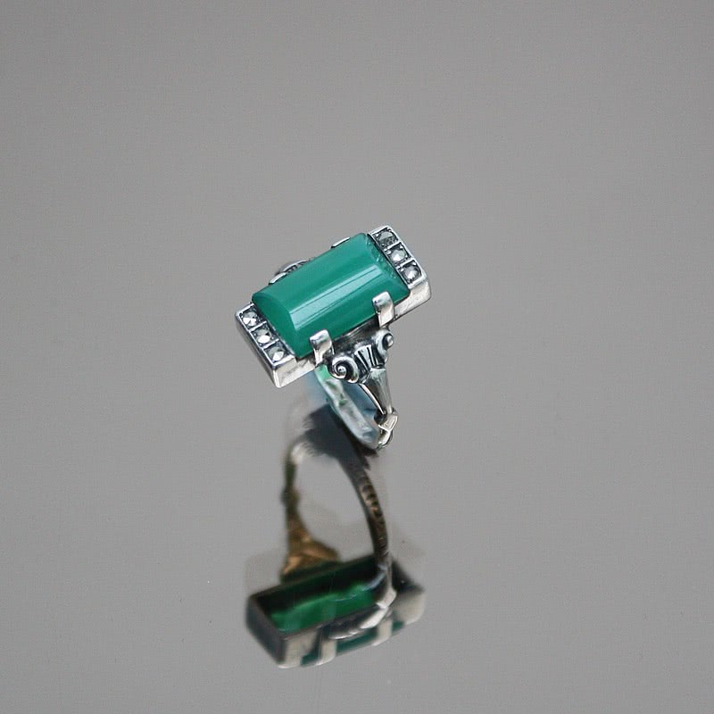20th Century Decorative Arts |An Art Deco 925 silver, chrysoprase and marcasite ring  Germany, circa 1930.