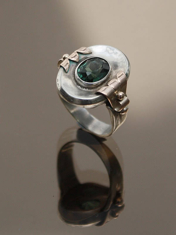 20th Century Decorative Arts | An Art Deco 900 silver, gold coloured metal and peridot ring,  Germany circa 1930s.